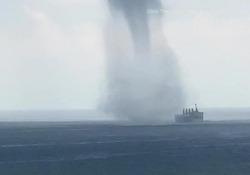 Singapore: la nave cargo «inghiottita» dalla tromba marina Il video girato nello stretto di Malacca - Dalla Rete
