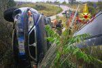 Stalettì, auto si ribalta nella scarpata adiacente alla carreggiata: due feriti