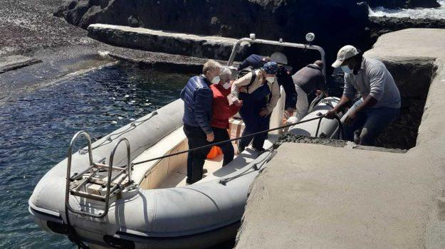 Stromboli, sfidano il mare in gommone per portare i vaccini a Ginostra: ora la frazione è covid free
