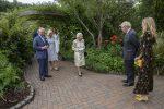 """G7, la battuta della Regina Elisabetta durante la foto di gruppo: """"Dovremmo sembrare divertiti?"""""""