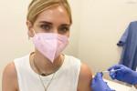 """Covid, Chiara Ferragni riceve la prima dose e lancia un appello: """"Vacciniamoci tutti"""""""