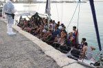 Sbarcano quasi 200 migranti a Crotone, oltre 30 i minori: fermati gli scafisti - FOTO