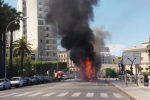 Attimi di paura a Bari: bus in fiamme sul lungomare
