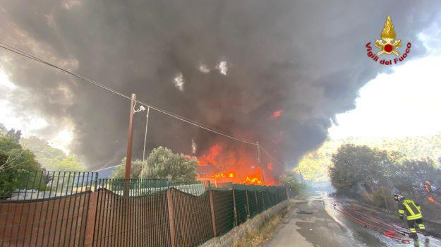 Vasto incendio a Motta Camastra, brucia capannone di rifiuti plastici. LE FOTO