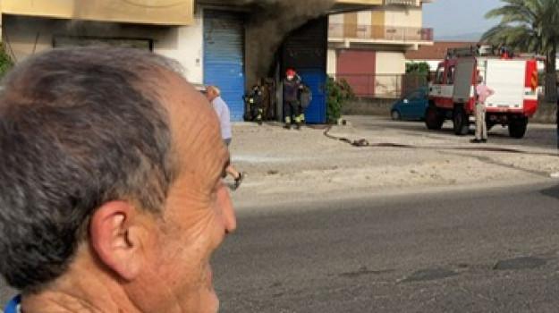 Corigliano Rossano, in fiamme un deposito di tessuti: tanta paura e case inagibili