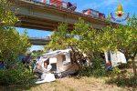 """Auto con il carrello sbanda sulla """"Palermo-Messina"""" e precipita dal viadotto: morto un 36enne FOTO"""