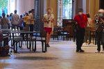 """Quel pianoforte """"dimenticato"""" nella Galleria Vittorio Emanuele di Messina. Turisti fanno il """"book"""""""