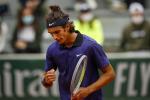 Roland Garros, Musetti vola agli ottavi. Battuto Cecchinato nel derby a colpi di... volée VIDEO