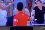 Roland Garros, Djokovic gli regala la racchetta: il piccolo tifoso impazzisce di gioia