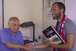 L'ex allenatore Cappellacci riceve il libro da d'Atri