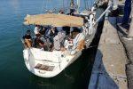 Crotone, doppio sbarco nel giro di un'ora con 84 migranti. In manette 3 trafficanti