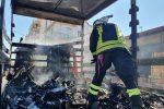 Paura a Messina, furgone carico di frutta dato alle fiamme davanti al mercato Vascone - FOTO