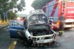 Auto in fiamme dopo i caselli di Villafranca in direzione Messina: file interminabili