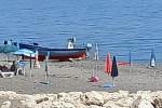 Ombrelloni lasciati in spiaggia già a giugno, monta la polemica a Crucoli