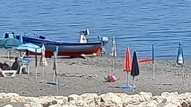 crucoli, ombrelloni spiaggia, Catanzaro, Cronaca