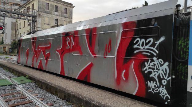 ferrovie calabria, vagone imbrattato, Catanzaro, Cronaca
