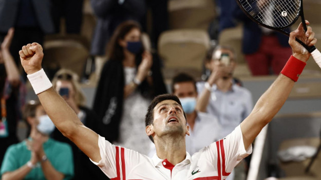 Djokovic batte Nadal e conquista la finale con Tsitsipas a Parigi