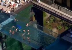 Eccola, la prima piscina sospesa al mondo: nuotare a 35 metri d'altezza sopra Londra I primi nuotatori hanno potuto fare un tuffo nella favolosa piscina - Dalla Rete