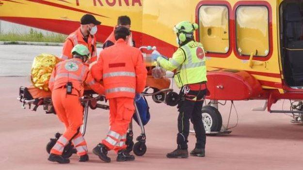 feriti gravi, san piero patti, scontro frontale due auto, Messina, Cronaca