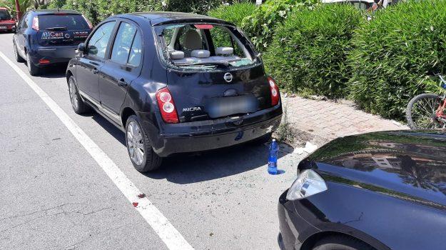Messina, perde il controllo della bici e finisce dentro un'auto parcheggiata. Ferito al volto