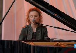 Festa della Repubblica, Frida Bollani Magoni canta «La cura», omaggio a Battiato La giovane artista ha interpretato «La Cura» - AGTW