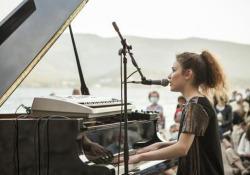 Frida Bollani Magoni, l'emozionante concerto in riva all'acqua A Orbetello (Grosseto) l'esibizione dell'artista sedicenne, figlia di Stefano Bollani e Petra Magoni - Corriere Tv