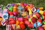 Taglio dei consumi di tazze di carta e plastica: scatta l'obbligo. Ecco cosa cambia dal 3 luglio nell'Ue