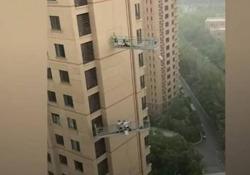Il pericoloso lavoro dei lavavetri: sbattuti contro il grattacielo durante la tempesta Stavano pulendo la facciata a vetri di un grattacielo di 46 piani a Tianjiin, nel nord della Cina, quando si è alzato un forte vento - Dalla Rete