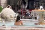 Nuda, si tuffa in una fontana nel pieno centro di Roma - VIDEO