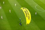 Euro 2020, paracadutista Greenpeace atterra sull'Allianz: due persone ferite alla testa FOTO