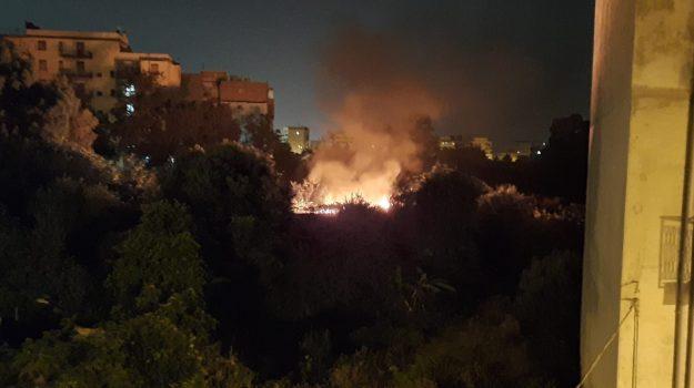 reggio calabria, rifiuti fiamme, spazzatura, Reggio, Cronaca