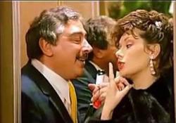 Renzo Montagnani con Edwige Fenech nel film «La moglie in vacanza, l'amante in città» L'attore protagonista di numerosi film della commedia italiana - Corriere Tv
