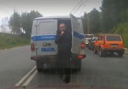 Russia: il detenuto tenta la fuga dal furgoncino della polizia Le immagini girate nella città russa di Saransk - Dalla Rete