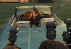 «Thelma & Louise» compie 30 anni, Susan Sarandon e Geena Davis di nuovo su una cabrio Le due attrici festeggiano con un bacio l'anniversario del film cult in un drive-in di Los Angeles - LaPresse/AP