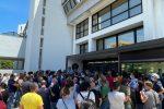 Protesta dei tirocinanti calabresi davanti alla sede del Consiglio regionale