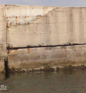 Il cassone ormai distaccato dal muro del molo sottoflutto del porto di Villa San Giovanni