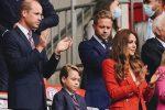 "Kate Middleton a Wembley tifa la ""sua"" Inghilterra con una giacca rossa low cost - FOTO"