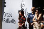 Raffaella Carrà: gli applausi all'arrivo del feretro al Teatro delle Vittorie