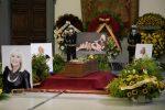 Pianti e commozione per dire addio a Raffaella, domani maxi-schermo in Campidoglio