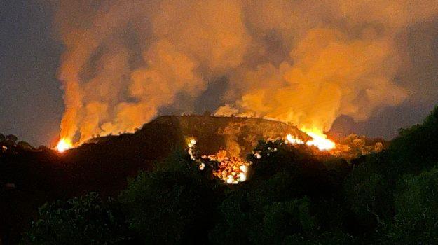 Messina, pauroso incendio tra Camaro e Catarratti. Cittadini abbandonano le abitazioni. LE IMMAGINI DALL'ALTO