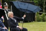 """L'esilarante """"battaglia"""" di Boris Johnson con il suo ombrello - VIDEO"""