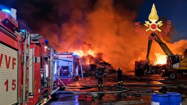 In fiamme per tutta la notte la ditta di smaltimento rifiuti fra Villa e Campo Calabro - VIDEO