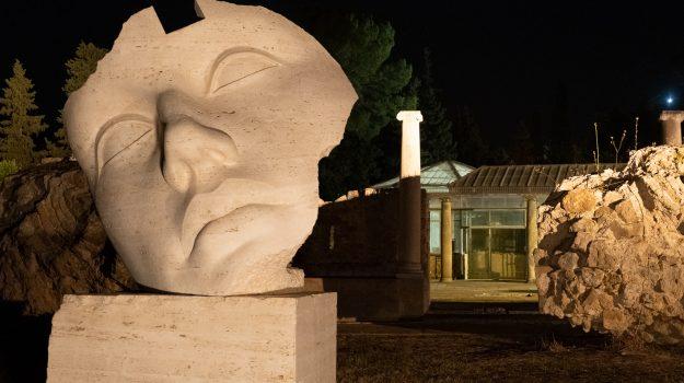 """""""L'abbraccio"""" di Mitoraj alla Sicilia: la mostra diffusa tra Noto, Villa Romana del Casale e Piazza Armerina"""