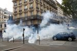 Covid, a Parigi scontri con la polizia al corteo contro il green pass - VIDEO