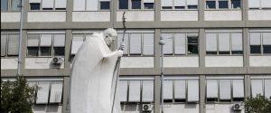 "Papa Francesco operato al colon. Santa Sede: ""Reagisce bene"""