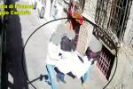 """""""Rubavano"""" la merce agli ambulanti, due vigili di Reggio ai domiciliari e 7 sospesi - NOMI"""