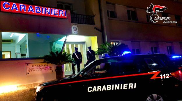 aggressione, arresto, bianco, carabinieri, coltello, Reggio, Cronaca