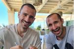 Bonucci e Chiellini in vacanza insieme con la pasta asciutta: lo sfottò agli inglesi