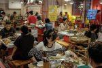La nuova moda dei giovani cinesi: mangiare cibo (quasi) scaduto