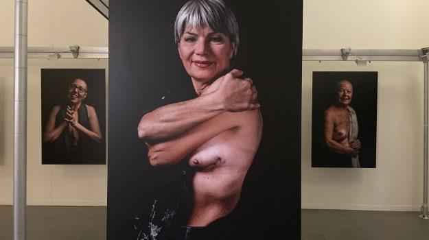 """La mostra """"Cuori Intatti"""" a Messina. La prevenzione oncologica nei volti di chi ha vinto"""